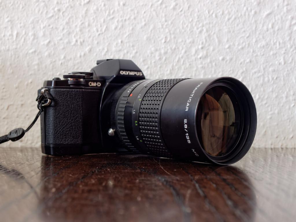Die Olympus OM-D E-M10 mit einem adaptierten Pentacon 135mm 2.8