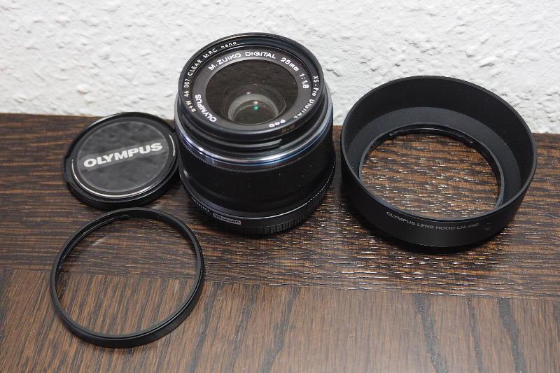 Olympus M.Zuiko Digital ED 25mm 1:1.8 mit Sonnenblende