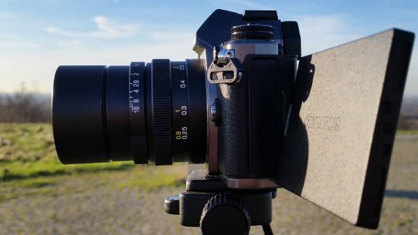 Sieht sehr gut aus, bringt aber leider wenig - die Gegenlichtblende am Mitakon 25mm 0.95